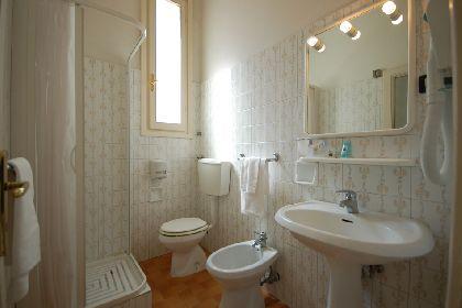 Camera deluxe hotel ely 2 stelle a viareggio - Bagno viareggio tariffe ...